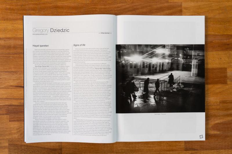 """Publication de la série photographique Roman Noir par Grégory Dziedzic dans le numéro 66 du magazine turc """"İz"""". Texte (à gauche) par Erhan Sermet, photo d'ouverture: """"Procession""""."""