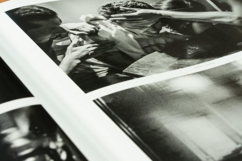 """""""Oracle"""". Publication de la série photographique Roman Noir par Grégory Dziedzic dans le numéro 66 du magazine turc """"İz""""."""