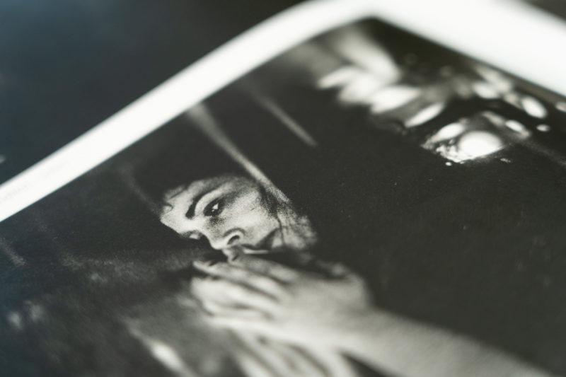 """""""Madonna"""". Publication de la série photographique Roman Noir par Grégory Dziedzic dans le numéro 66 du magazine turc """"İz""""."""