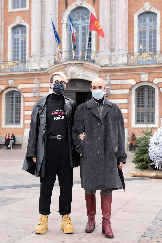 Un couple gay pose devant l'hôtel de ville de Toulouse, place du Capitole à l'occasion du rassemblement organisé par Act Up Sud-Ouest pour la journée mondiale contre le VIH/SIDA. Toulouse, le 1er décembre 2020.