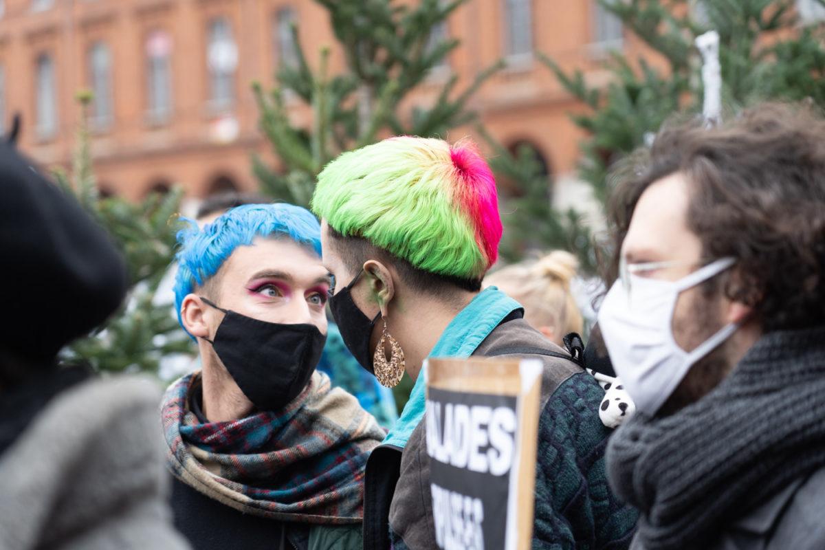Un couple aux cheveux multicolores se regarde les yeux dans les yeux à l'occasion du rassemblement organisé par ActUp Sud-Ouest pour la journée mondiale contre le VIH/SIDA. Toulouse, le 1er décembre 2020.