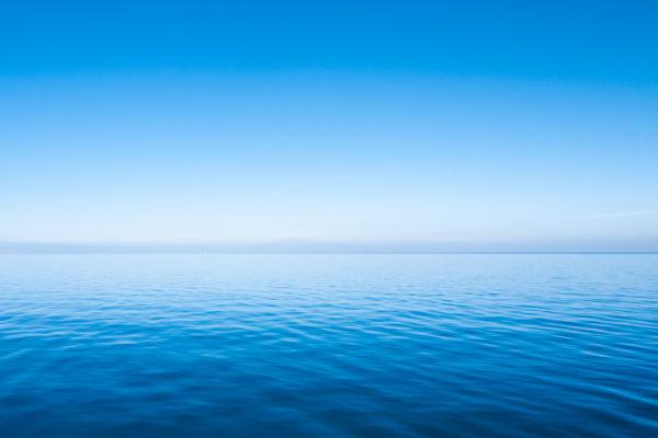 Les eaux du lac de Van, le plus grand de Turquie, s'étendent à perte de vue pendant la traversée en bâteau vers l'île d'Akdamar. Van (Turquie), novembre 2010.