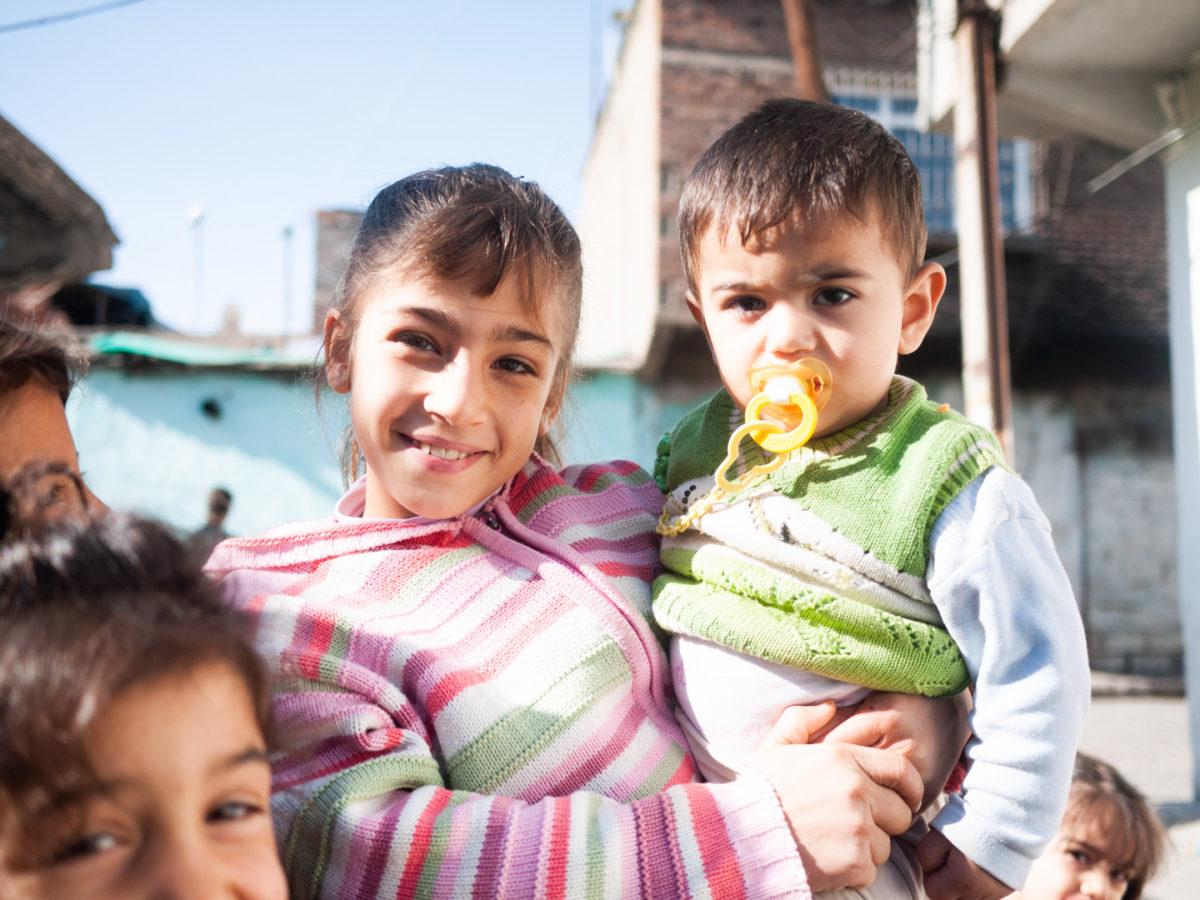 Une petite fille tient son petit frère dans ses bras. Diyarbakir (Turquie), novembre 2010.