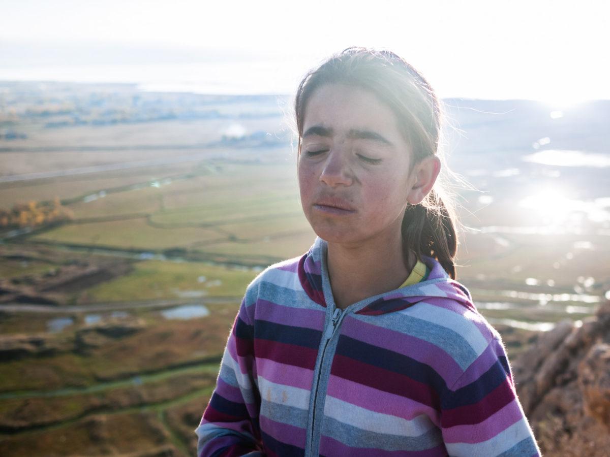 Fatiguée, une jeune guide kurde ferme les yeux un court instant entre deux explications depuis les hauteurs de l'ancienne forteresse de Van. Van (Turquie), novembre 2010.