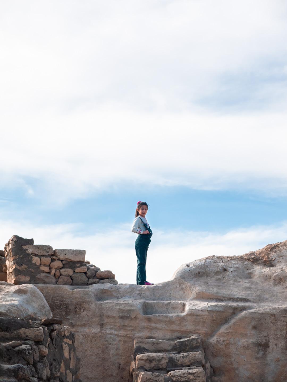 Une petite fille debout sur un promontoir rocheux. Hasankeyf (Turquie), novembre 2010.
