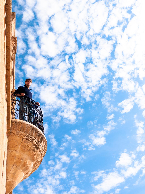 Un touriste (Javier) sur un des balcons de Midyat Konukevi. Mardin (Turquie), novembre 2010.