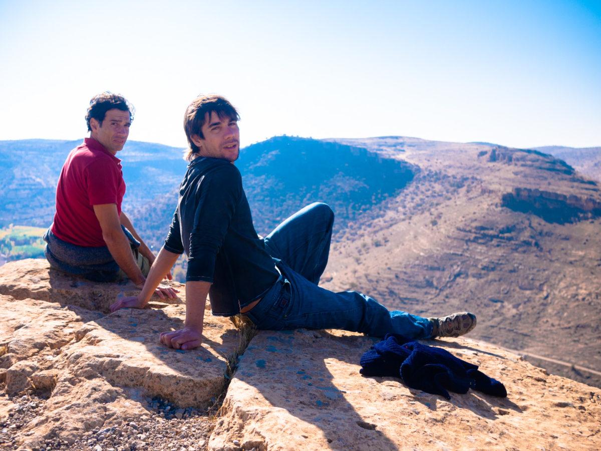 Mes compagnons de voyage Fédérico et Javier au sommet d'une colline surplombant un paysage sec et rocailleux. Savur (Turquie), novembre 2010.