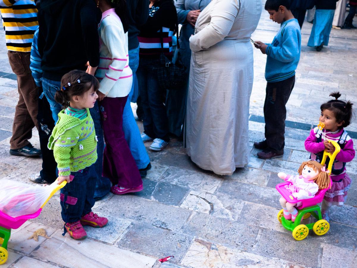 Deux petites filles se font face dans la foule à proximité du Lac des poissons (balikli göl). Urfa (Turquie), novembre 2010.