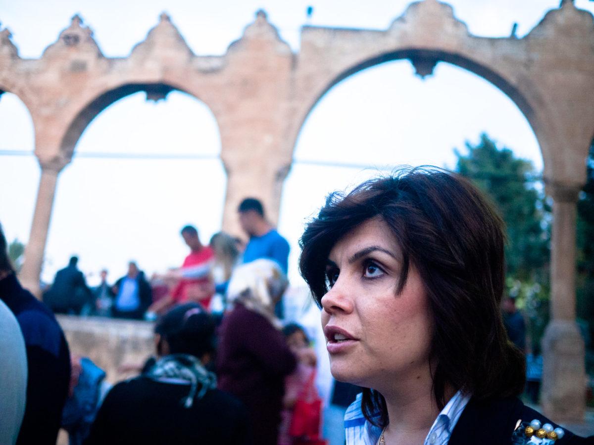 Une femme dans la foule à proximité du Lac des poissons (balikli göl). Urfa (Turquie), novembre 2010.