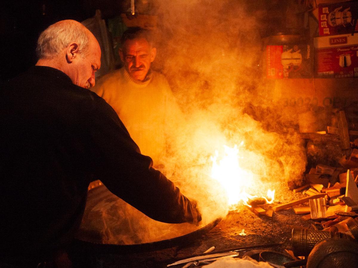 Un artisan forgeron en train de finaliser un plat en fer. Urfa (Turquie), novembre 2010.