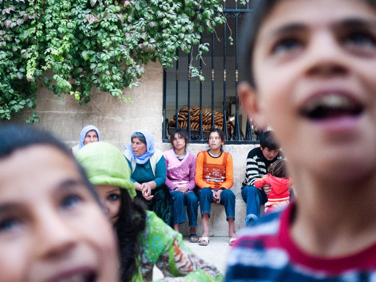 Scène de vie à proximité du four à pain. Urfa (Turquie), novembre 2010.