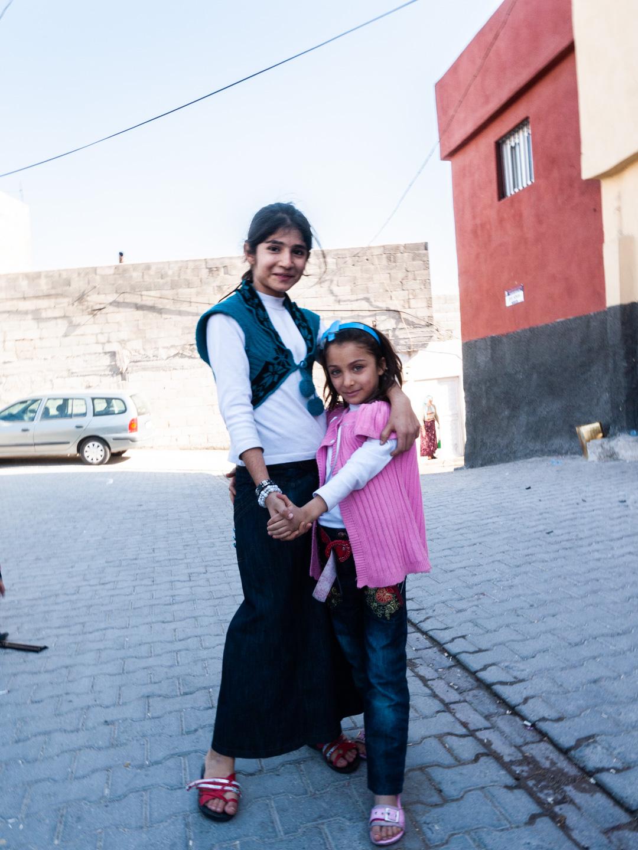 Deux sœurs prennent la pose dans une rue du centre-ville. Urfa (Turquie), novembre 2010.