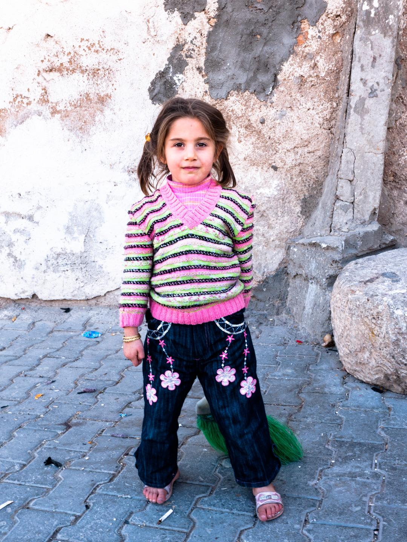 Une petite fille kurde surprise avec son balais. Urfa (Turquie), novembre 2010.