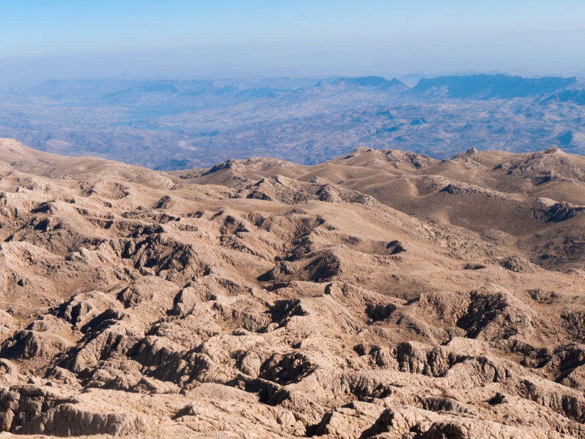 Depuis le sommet du mont Nemrut, vue sur la chaîne montagneuse à l'est. Nemrut Dagi (Turquie), novembre 2010.