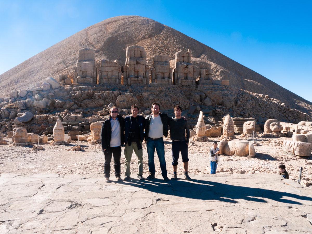Quatre touristes européens (François, Federico, Grégory et Javier) posent au pied du site archéologique Nemrut Dagi, dans l'Est de la Turquie. Nemrut Dagi (Turquie), novembre 2010.