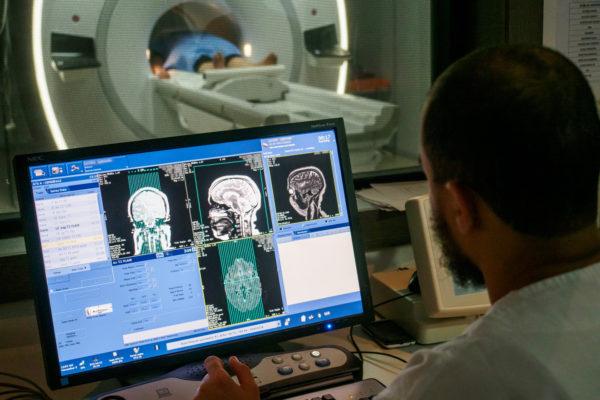 Un manipulateur supervise l'examen IRM d'un patient à la clinique Pasteur. Tunis - Tunisie - Novembre 2015.