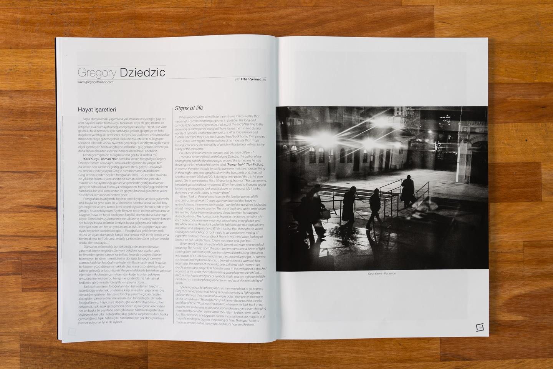 """Double page d'ouverture de la publication """"Roman Noir""""  par Grégory Dziedzic. La série « Roman  Noir », une auto-fiction urbaine nocturne composée de photos prises dans le quartier de Beyoglu, à Istanbul, entre 2010 et 2014, a été publiée pour la première fois sur 10 pages dans le numéro 66 (mai-juin-juillet 2020) du magazine turc de photoreportage İz co-fondé par Ara Güler."""
