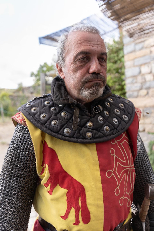 """Roger, co-fondateur de la compagnie médiévale """"Les Faydits d'Oc"""", accuse le coup après une représentation au château de Peyrelades. Pendant qu'ils """"habitent"""" un site, les membres de la compagnie passent plusieurs journées sous leurs côtes de maille et enchaînent les combats et les démonstrations. Rivière-sur-Tarn, août 2020."""
