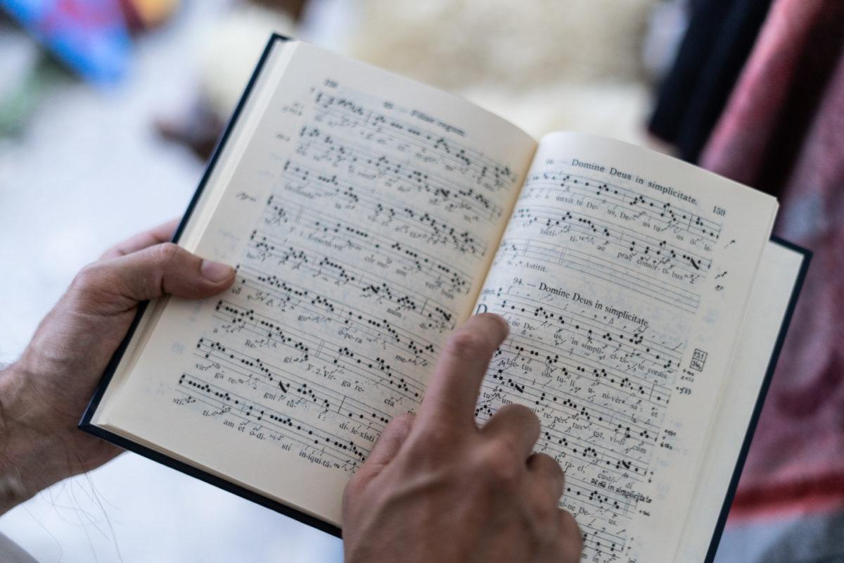 """Un livre de musique médiévale appartenant au troubadour de la compagnie médiévale """"Les Faydits d'Oc"""". Les notations d'époque marquaient le rythme de la mélodie mais pas les hauteurs des notes. Rivière-sur-Tarn, août 2020."""