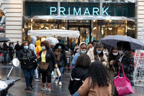 Une foule de consommateurs devant Primark pendant les courses de Noël en centre ville. Aux portes du magazin, une longue file d'attente. Toulouse, le 21 décembre 2020.