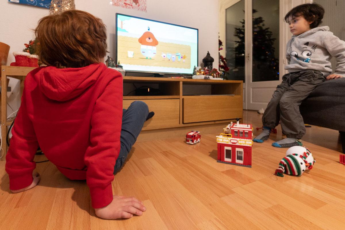Deux enfants regardent un dessin-animé. Alors que se profile le spectre de possibles restrictions sanitaires, les vacances de Noël ont été l'occasion pour les parents d'enfants en bas âge d'expérimenter le confinement en famille. Toulouse, décembre 2020.