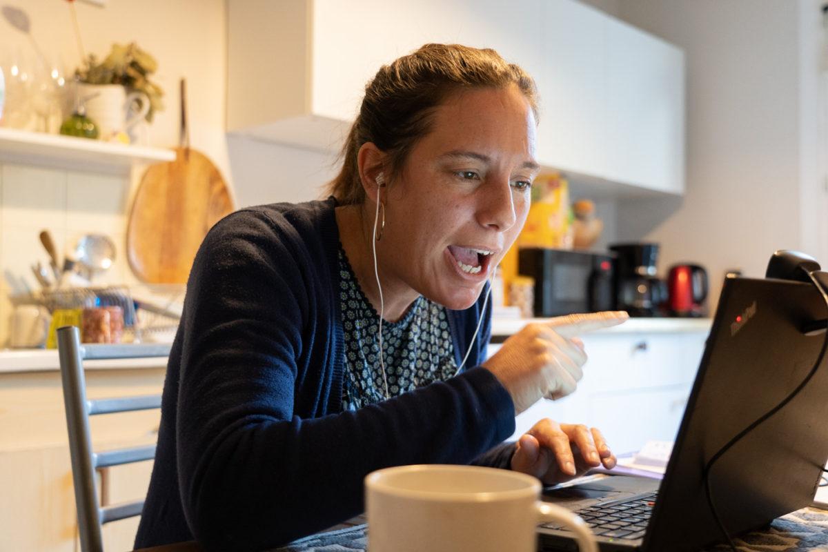 Depuis sa cuisine, une formatrice en langue anglaise donne un cours à distance  pendant le confinement lié à la crise du COVID. Toulouse, 25 novembre 2020.