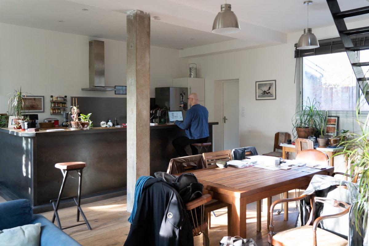 Un salarié en télétravail chez lui sur le bar de sa cuisine américaine. Toulouse, 27 novembre 2020.