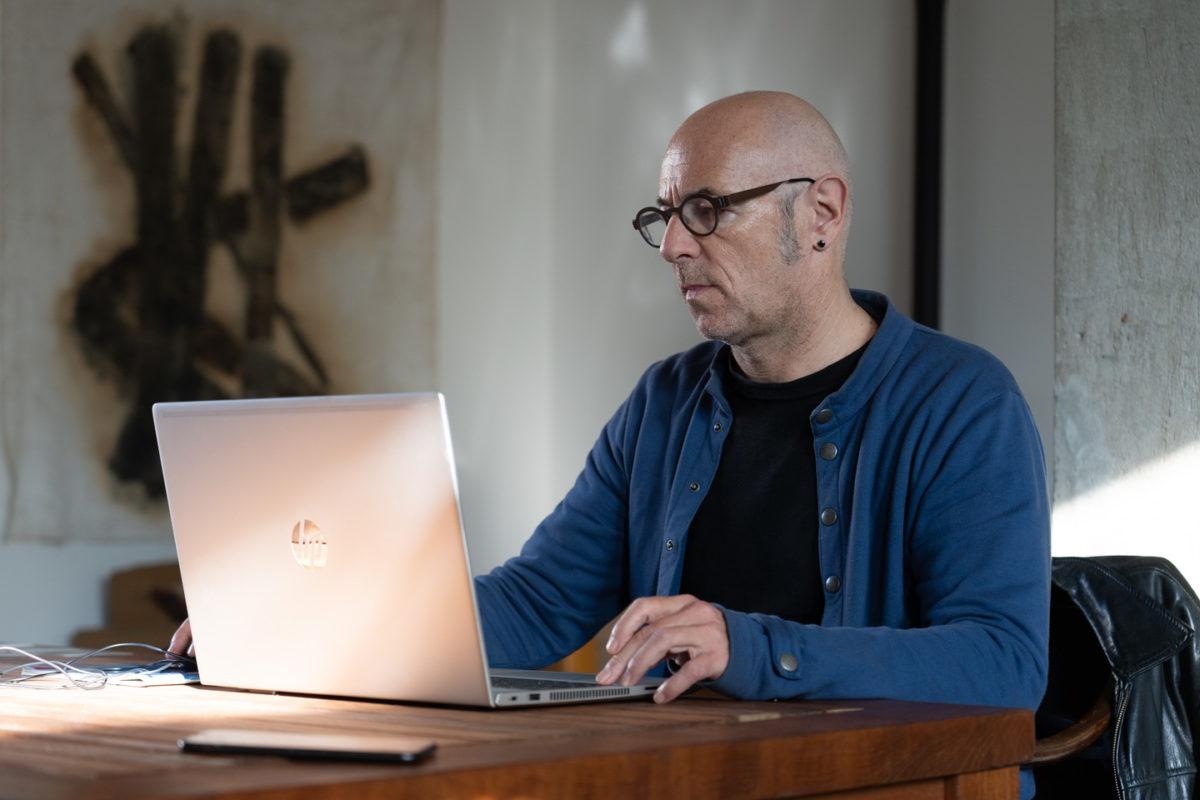 Un salarié en télétravail sur la table de son séjour. Toulouse, 27 novembre 2020.