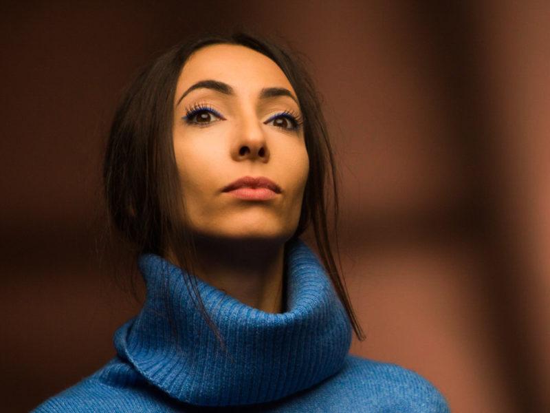 Portrait de l'artiste Asmaa Betit photographiée par le photographe d'entreprise et photographe de portrait corporate Grégory Dziedzic.