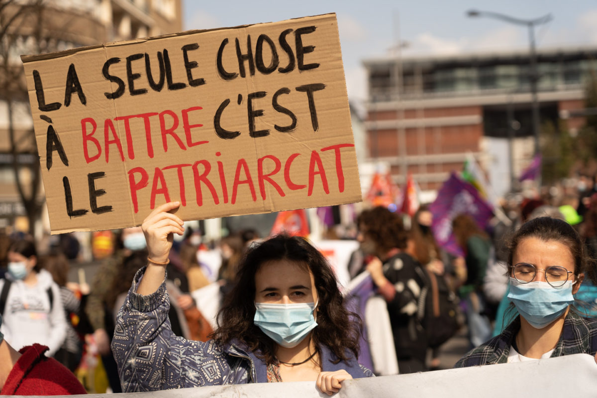 """Une manifestante montre une pancarte sur laquelle on peut lire """"La seule chose à battre, c'est le patriarcat"""" lors de la manifestation pour la journée sur les droits des femmes. Toulouse, 8 mars 2021."""