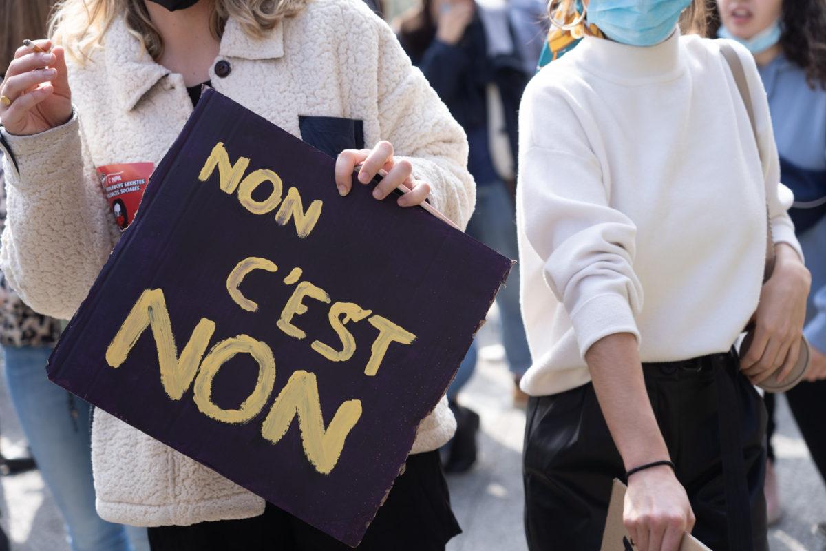 """Une manifestante montre une pancarte sur laquelle on peut lire """"Non c'est non"""" lors de la manifestation pour la journée sur les droits des femmes. Toulouse, 8 mars 2021."""