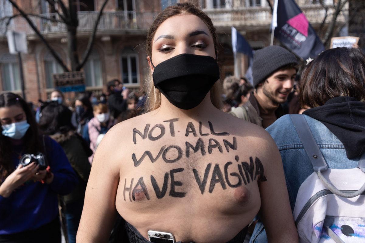 """Une manifestante transgenre arbore sur son torse lire """"Not all woman have vagina"""". Manifestation pour la journée sur les droits des femmes. Toulouse, 8 mars 2021."""