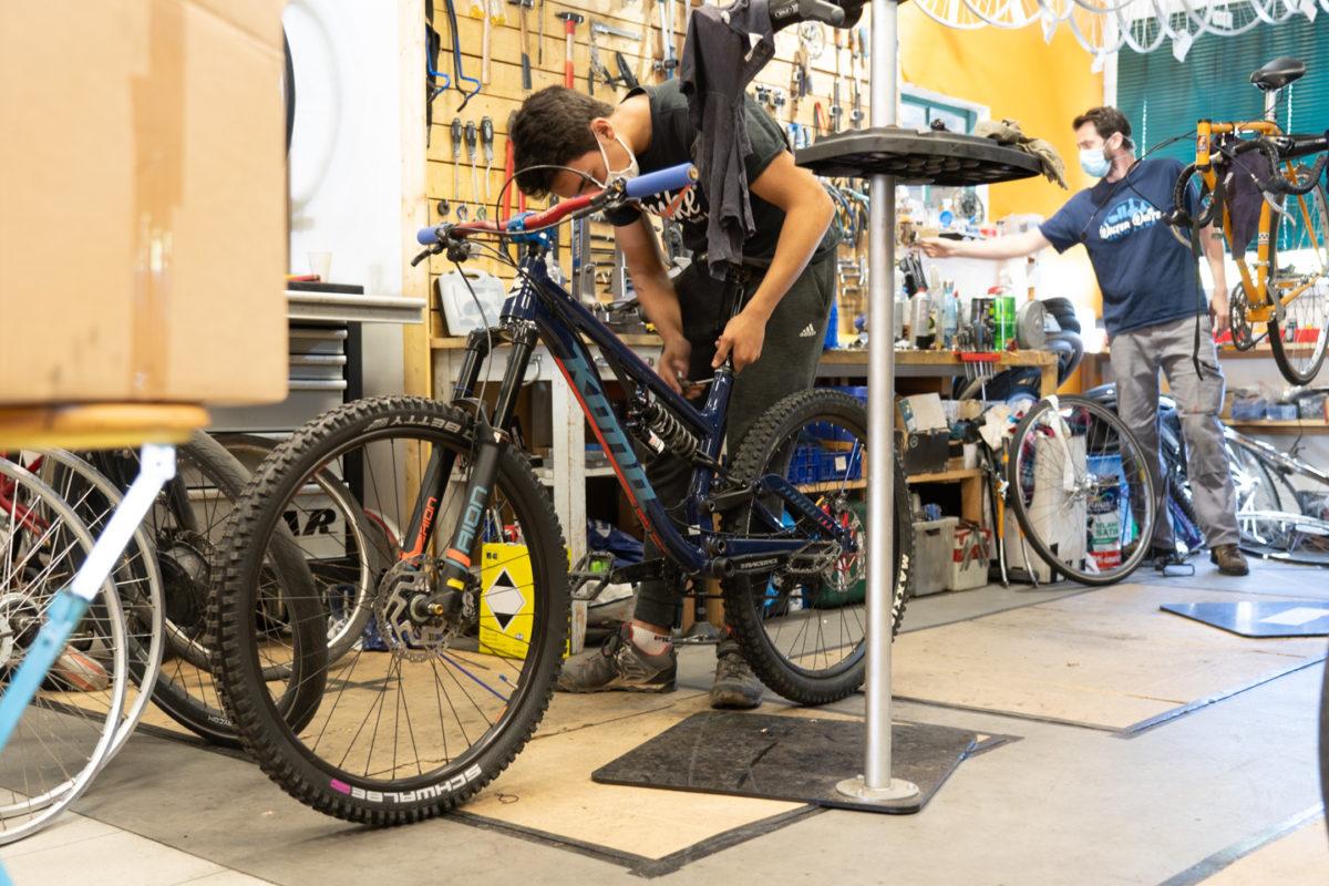 Un employé de la boutique de réparation de vélo Mécanicycle démonte la selle d'un vélo. Toulouse, le 23 avril 2021.