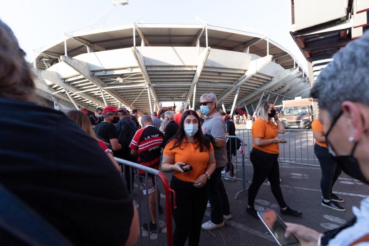 Une hôtesse d'accueil s'apprête à vérifier l'abonnement d'un membre du public. Près de 19000 contrôles de pass sanitaire ont été effectués dimanche soir au stade Ernest Wallon à l'occasion de la rencontre entre le Stade Toulousain et le Rugby Club Toulonnais, qui s'est jouée à guichet fermé. Après une année de matches à huis-clos en raison de la crise sanitaire, le public s'est rendu en masse au stade à l'occasion du match de clôture de la 2e journée du Top 14, que le Stade Toulousain a remporté 41 à 10. Toulouse, stade Ernest Wallon, le 12 septembre 2021.