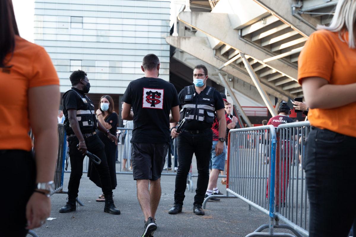 Un supporter du Stade Toulousain s'apprète à passer le contrôle de sécurité à l'entrée du stade. Après une année de matches à huis-clos en raison de la crise sanitaire, le public a pu de nouveau se rendre au stade Ernest Wallon à l'occasion du match de clôture de la 2e journée du Top 14. Champion de France en titre, le Stade Toulousain recevait le Rugby Club Toulonnais. Le match s'est joué à guichets fermés et près de 19000 contrôles de pass sanitaires ont été effectués à l'entrée du stade. Le Stade Toulousain l'a remporté par 41 à 10. Toulouse, stade Ernest Wallon, le 12 septembre 2021.