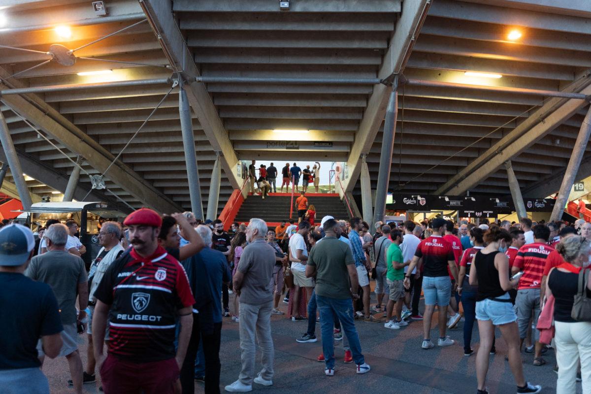 Après une année de matches à huis-clos en raison de la crise sanitaire, le public a pu de nouveau se rendre au stade Ernest Wallon à l'occasion du match de clôture de la 2e journée du Top 14. Champion de France en titre, le Stade Toulousain recevait le Rugby Club Toulonnais. Le match s'est joué à guichets fermés et près de 19000 contrôles de pass sanitaires ont été effectués à l'entrée du stade. Le Stade Toulousain l'a remporté par 41 à 10. Toulouse, stade Ernest Wallon, le 12 septembre 2021.