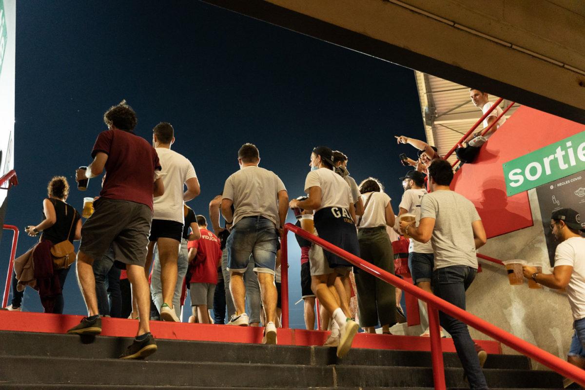 Les spectateurs montent les marches menant aux gradins. Après une année de matches à huis-clos en raison de la crise sanitaire, le public a pu de nouveau se rendre au stade Ernest Wallon à l'occasion du match de clôture de la 2e journée du Top 14. Champion de France en titre, le Stade Toulousain recevait le Rugby Club Toulonnais. Le match s'est joué à guichets fermés et près de 19000 contrôles de pass sanitaires ont été effectués à l'entrée du stade. Le Stade Toulousain l'a remporté par 41 à 10. Toulouse, stade Ernest Wallon, le 12 septembre 2021.