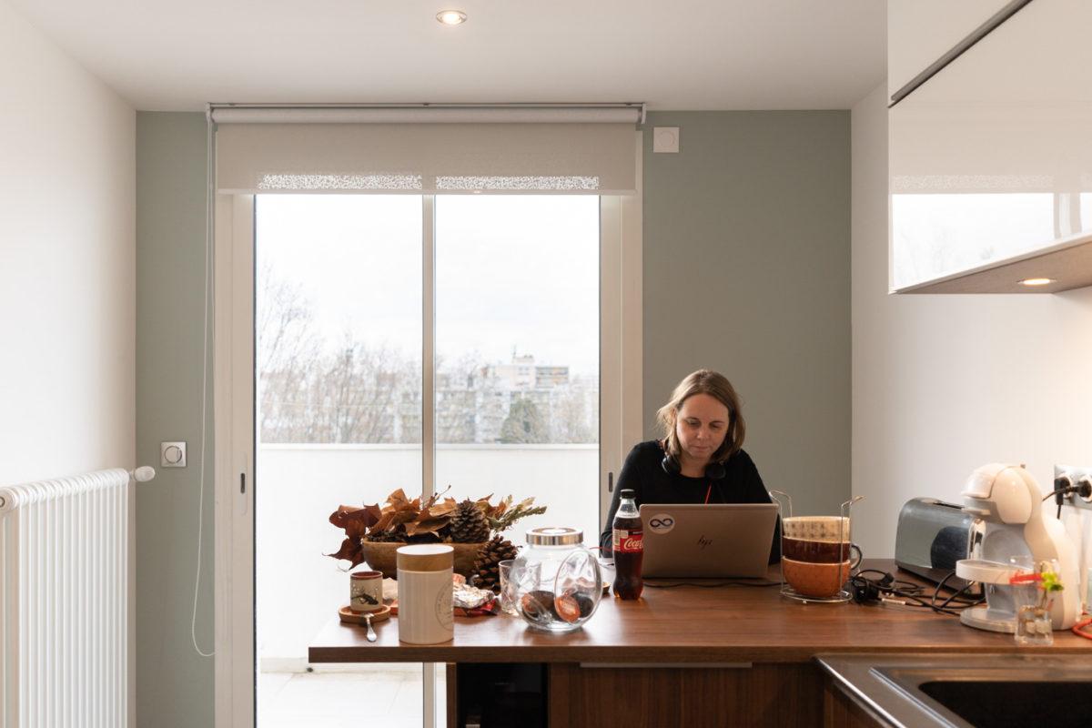 Une employée d'un grand groupe aéronautique en télétravail dans la cuisine de son appartement. Toulouse, 26 novembre 2020.